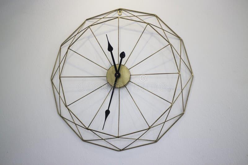 Винтажные часы на белой предпосылке стены стоковые фото