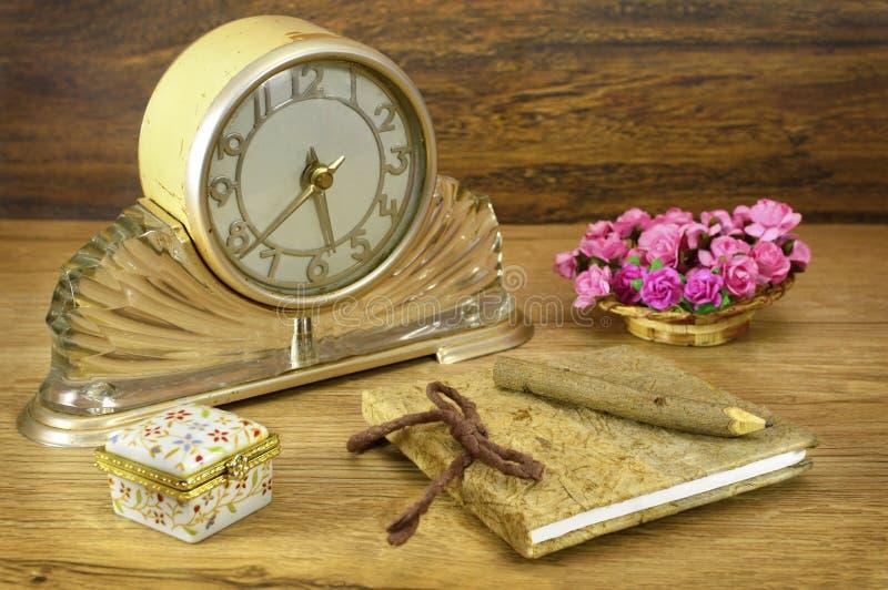 Винтажные часы с блокнотом стоковые фото