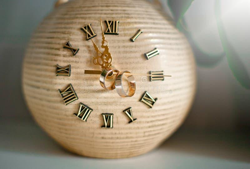 Винтажные часы с кольцами на стрелках иллюстрация вектора