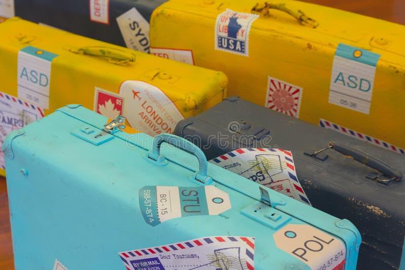 Винтажные чемоданы с стикерами изобретенного конца-вверх агенств стоковые изображения