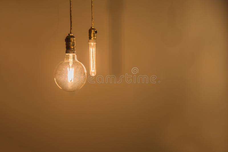 Винтажные электрические лампочки освещают комнату стоковая фотография