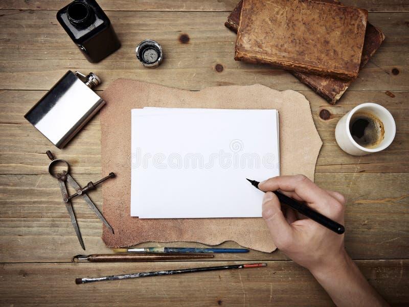 Винтажные элементы и чертеж руки на пустой странице стоковое изображение