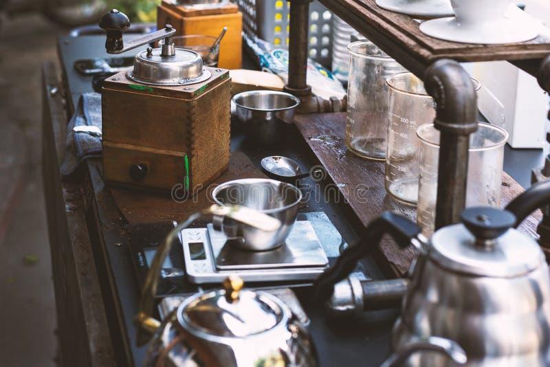 Винтажные kios хипстера кофе на улице стоковое изображение