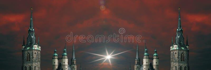 Винтажные spiers европейских церков на предпосылке красного голубого неба в городе здорового Заале, Германии стоковое фото rf