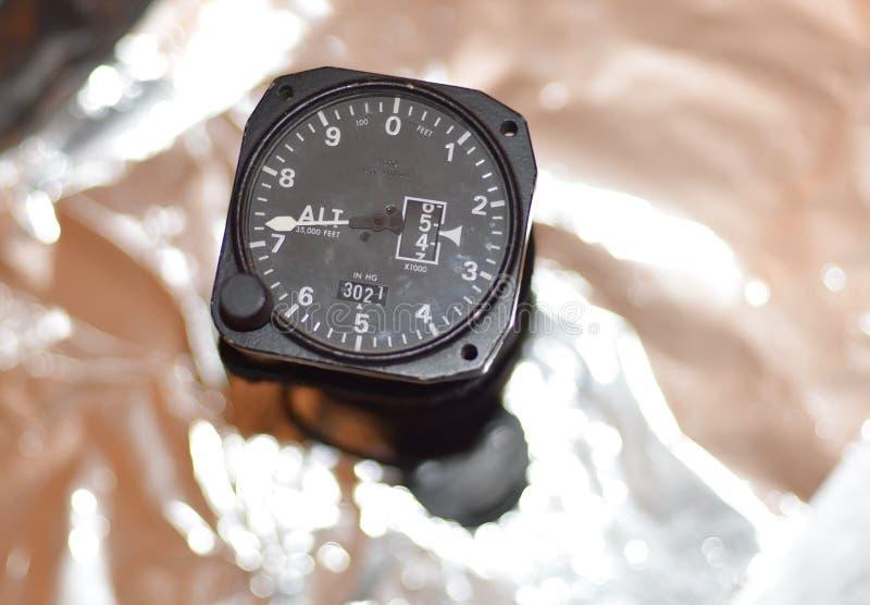 Винтажный авиационный высотомер стоковое изображение
