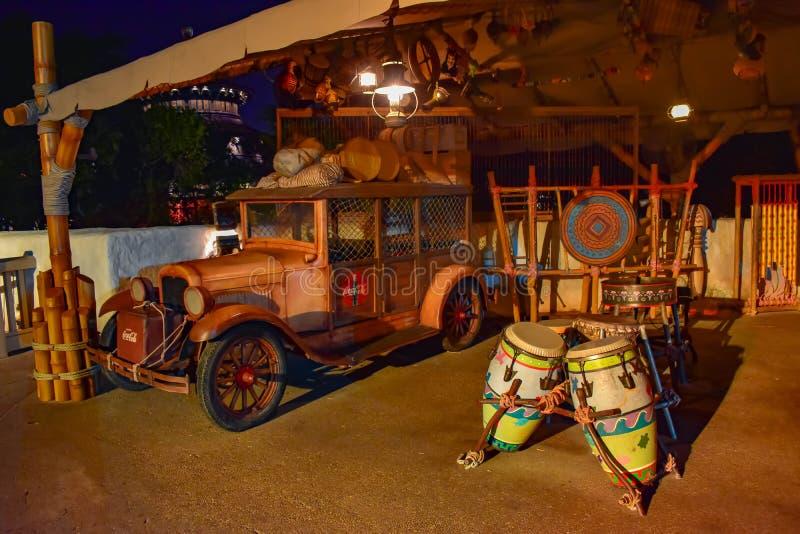 Винтажный автомобиль и африканские барабанчики в марокканськом павильоне на Epcot в мире Уолт Дисней стоковые изображения