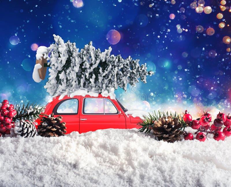 Винтажный автомобиль которое транспортирует рождественскую елку стоковое изображение