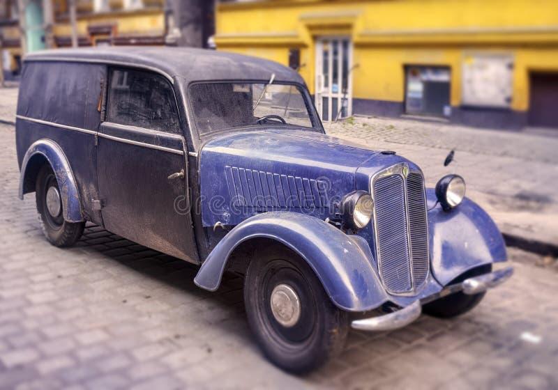 Винтажный автомобиль - положение в улице стоковые фото