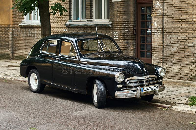 Винтажный автомобиль черноты GAZ-M20 Pobeda выпустил около 1950 в СССР припарковал на улице стоковые изображения rf