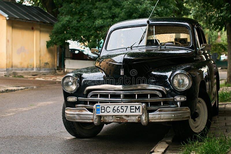 Винтажный автомобиль черноты GAZ-M20 Pobeda выпустил около 1950 в СССР припарковал на улице стоковое фото