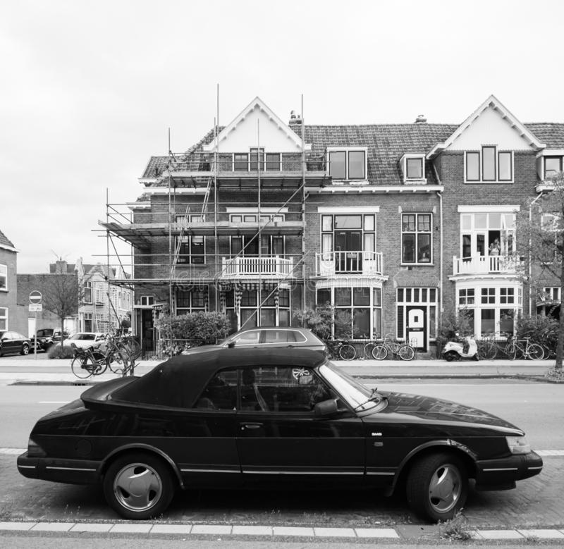 Винтажный автомобиль SAAB припарковал на улице в Нидерланд стоковые фотографии rf