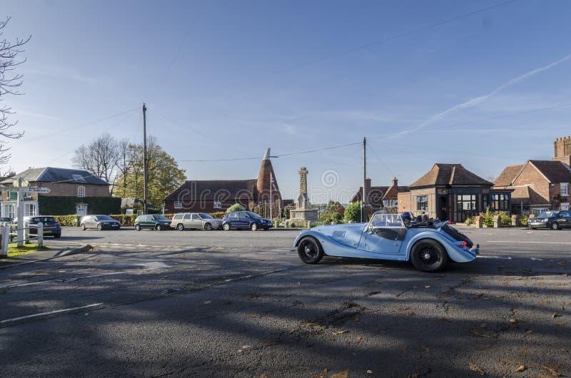 Винтажный автомобиль в деревне Goudhurst, Великобритании стоковое фото rf