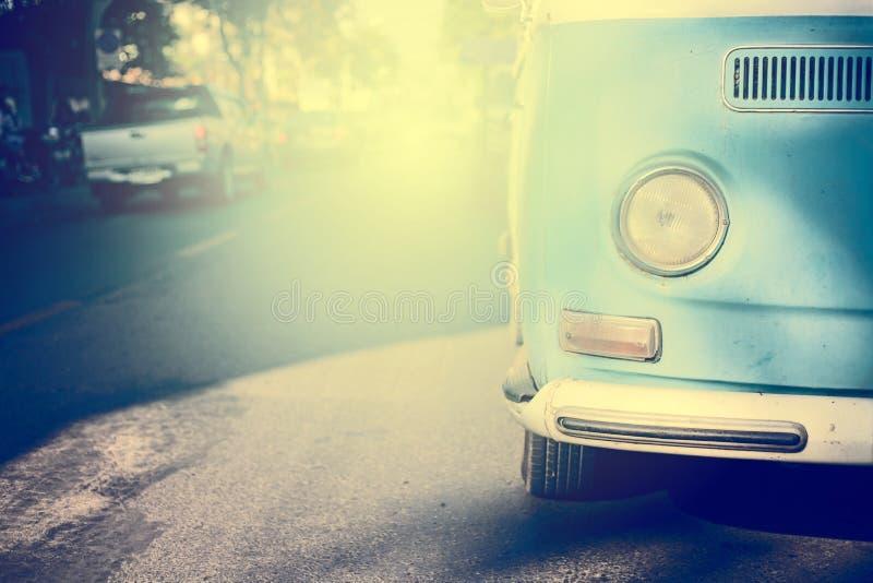 Винтажный автомобиль на дороге стоковые изображения rf