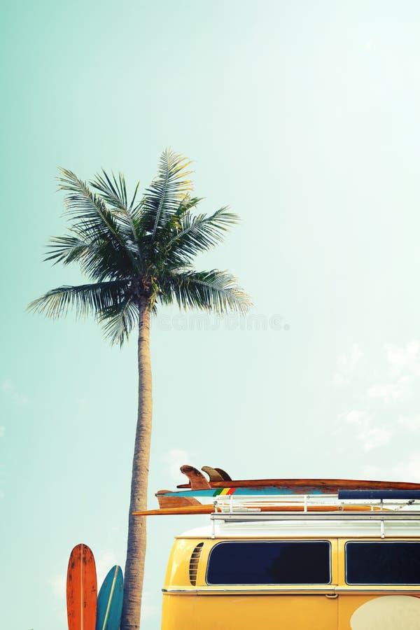 Винтажный автомобиль припарковал на тропическом взморье пляжа с surfboard на крыше стоковое фото rf