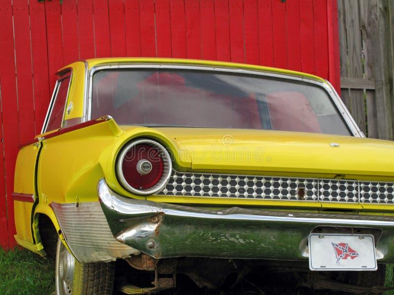 Винтажный автомобиль против загородки стоковое фото rf