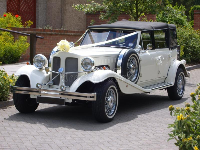 Винтажный автомобиль свадьбы стоковое фото