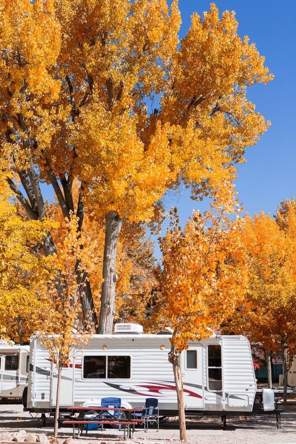 Винтажный американский передвижной дом на месте для лагеря стоковые фотографии rf