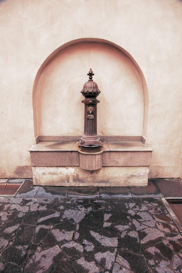 Винтажный арабский металлический фонтан в Дохе, Катаре стоковое изображение rf