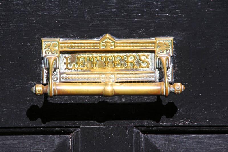 Винтажный латунный почтовый ящик knocker двери стоковые фото