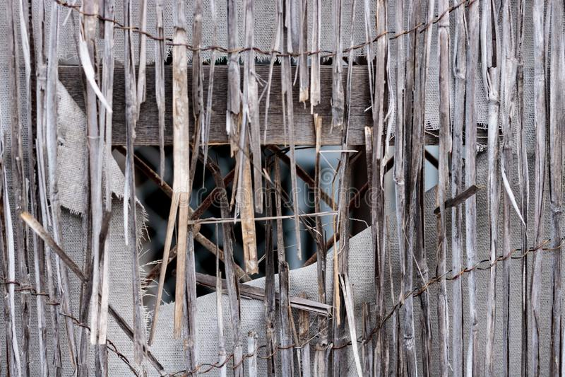 Винтажный бамбуковый конец-вверх ротанга разрушанной ретро несенной загородки, белый холст ткани с отверстием и изнашиваемые края стоковое изображение rf