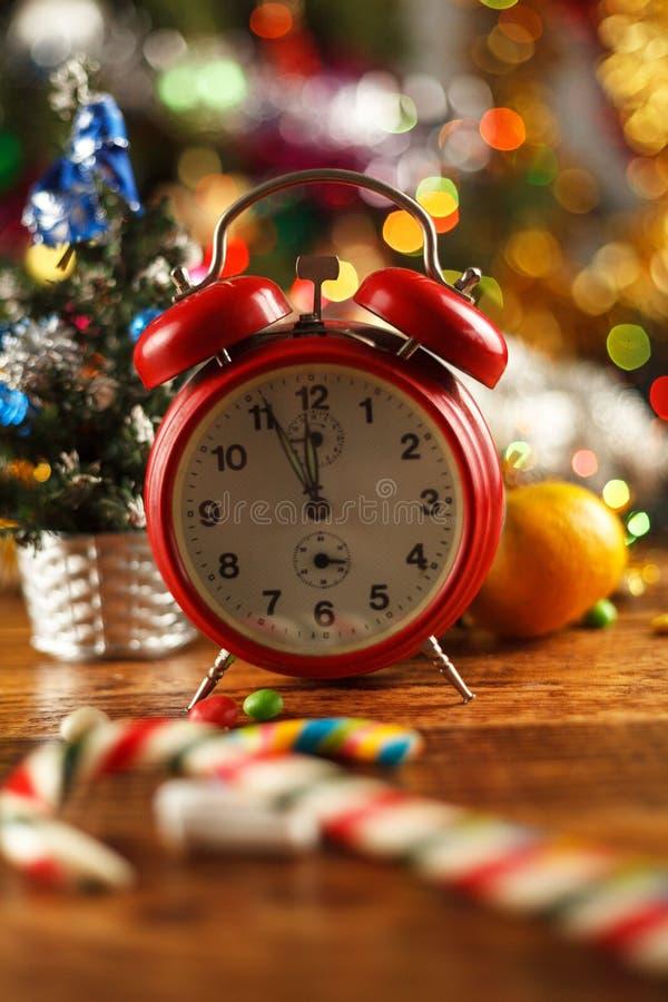 Винтажный будильник в установке Нового Года от 5 к полночи стоковое фото