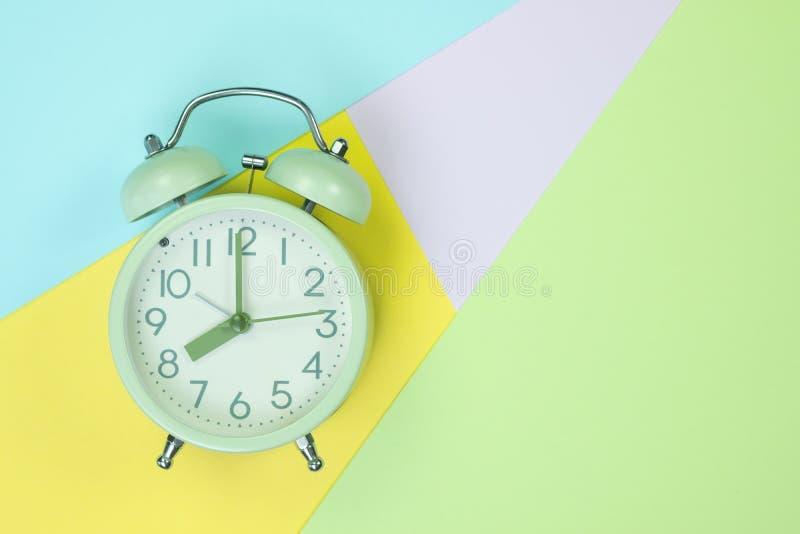 Винтажный будильник на сладком пастельного покрашенного бумажного цвете взгляда сверху, текстуры предпосылки, пинка, пурпурных, ж стоковые изображения rf