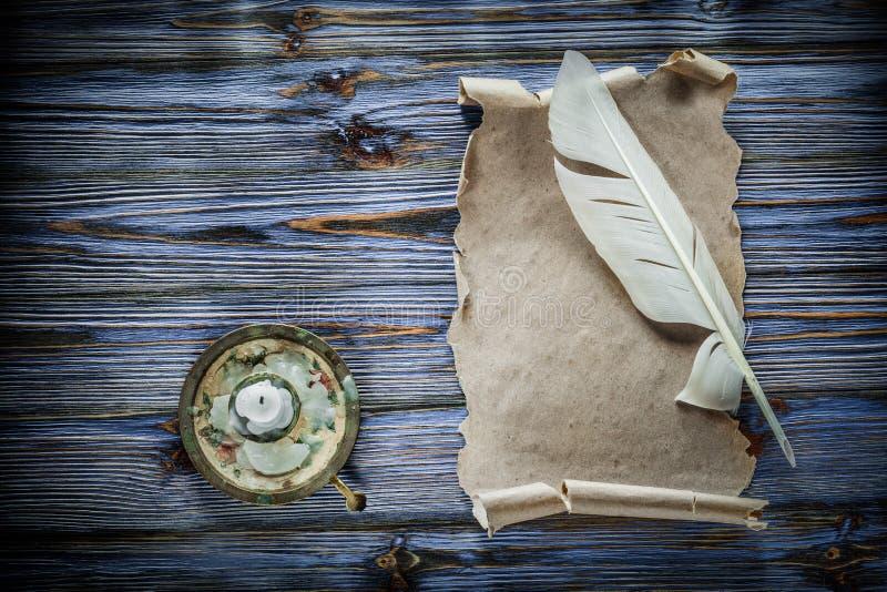 Винтажный бумажный подсвечник quill переченя на голубой деревянной предпосылке стоковые фотографии rf