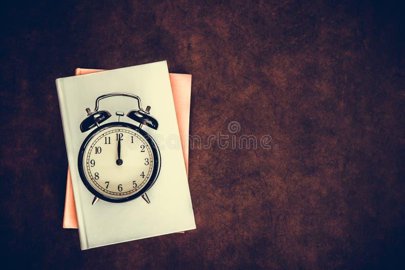 Винтажный будильник на часе полночи полдня стоковое изображение