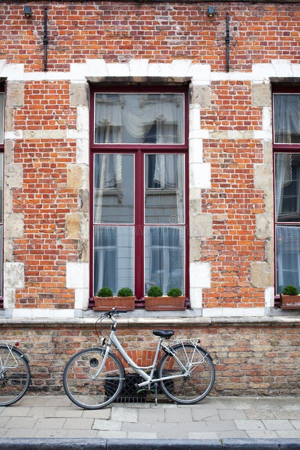 Винтажный велосипед перед старой кирпичной стеной стоковое фото rf