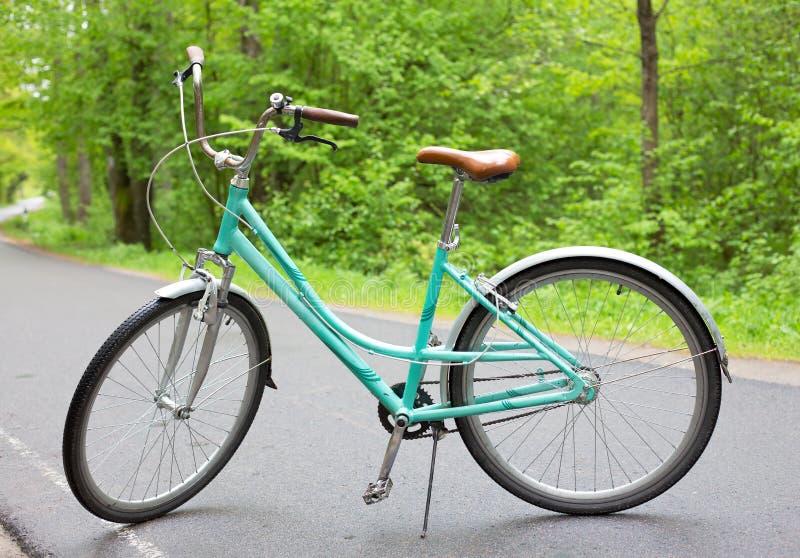 Винтажный велосипед на дороге стоковое фото rf