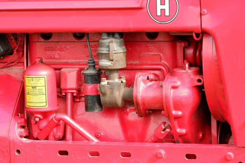 Винтажный взгляд со стороны мотора трактора стоковая фотография