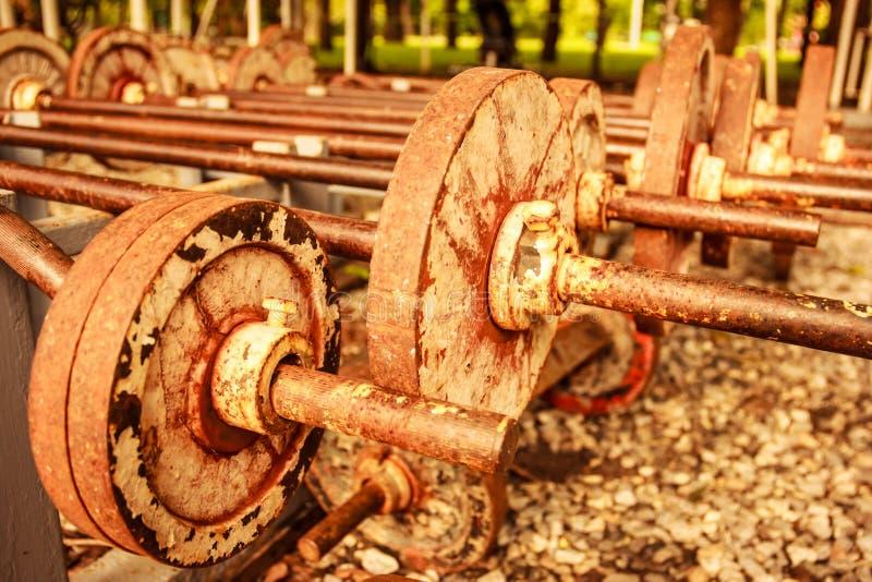 Винтажный взгляд ржавых старых рабочих штанг установил на парке стойки публично стоковые фотографии rf