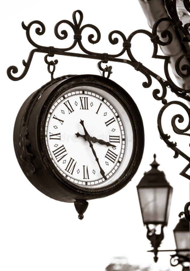 Винтажный взгляд часов улицы стиля стоковая фотография rf