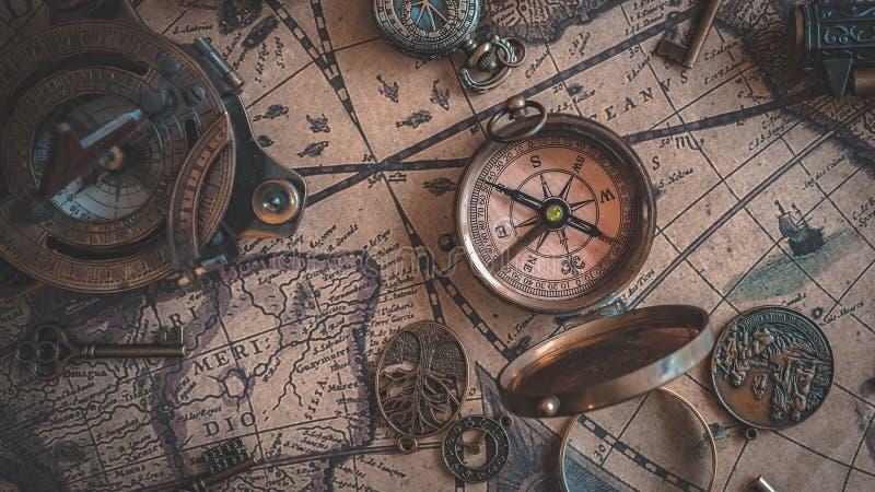 Винтажный выгравированный компас металла с крышкой крышки стоковое изображение rf