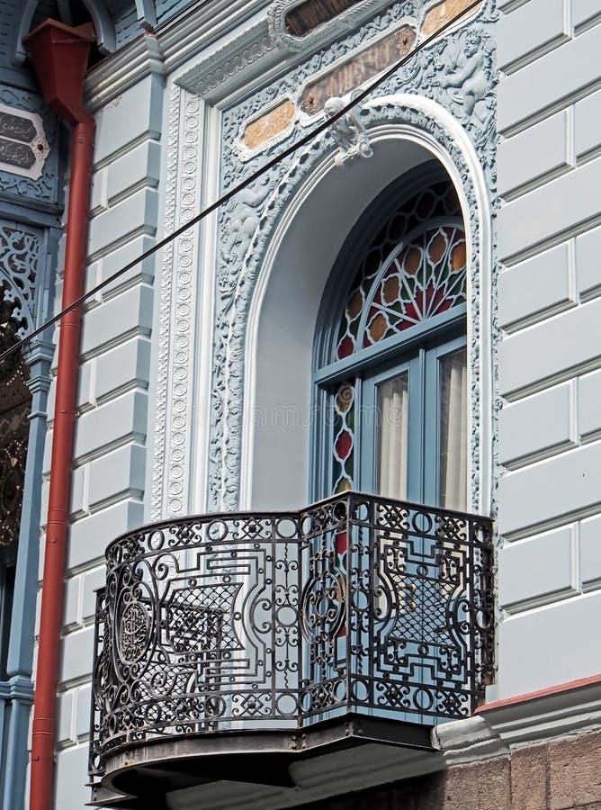 Винтажный высекаенный балкон дома в Borjomi стоковая фотография rf