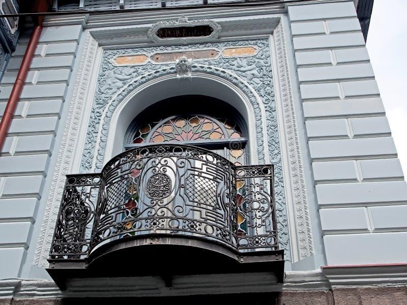 Винтажный высекаенный балкон дома в Borjomi стоковая фотография