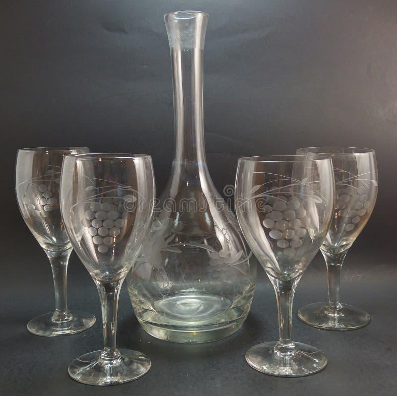 Винтажный графинчик и бокалы травленого стекла стоковое фото rf