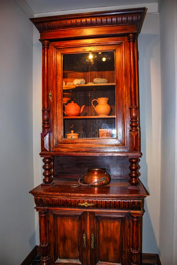 Винтажный деревянный кухонный шкаф в комнате стоковое изображение rf