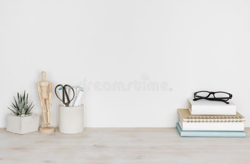 Винтажный деревянный настольный компьютер с книгами и офисом или школьными принадлежностями стоковая фотография rf