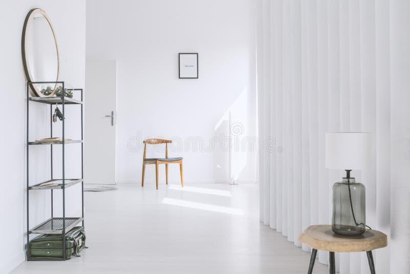 Винтажный деревянный стул в квартире стоковые изображения