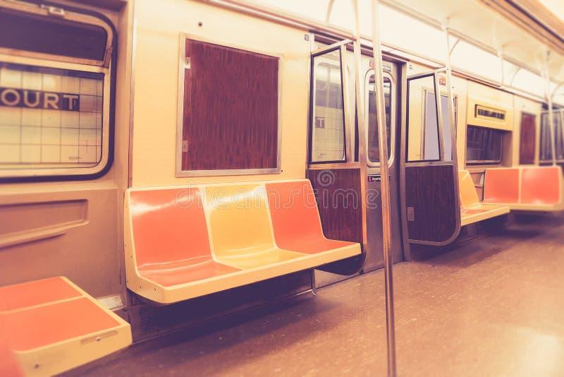 Винтажный интерьер вагона метро Нью-Йорка стиля стоковое изображение rf