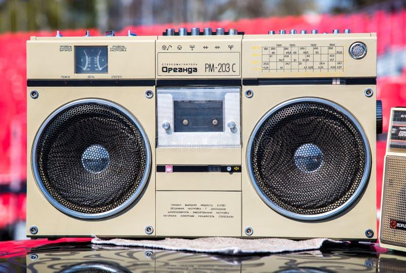 Винтажный кассетный магнитофон и игрок радио с музыкой связывают casse тесьмой стоковые изображения rf