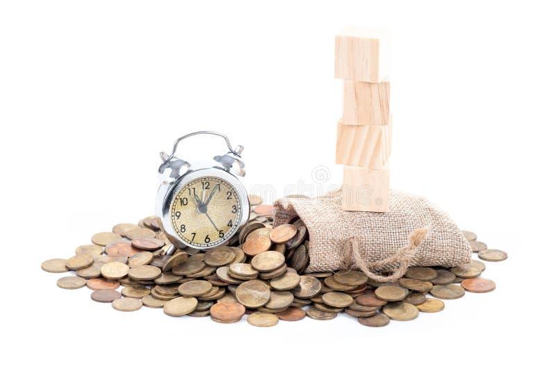 Винтажный колокол будильника, пустые деревянные блоки на сумках денег и монетки на белой предпосылке Время проинвестировать, знач стоковые фото