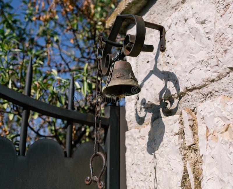 Винтажный колокол на стене в южном европейском городе стоковые фото