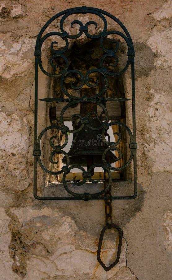 Винтажный колокол на стене в южном европейском городе стоковое изображение