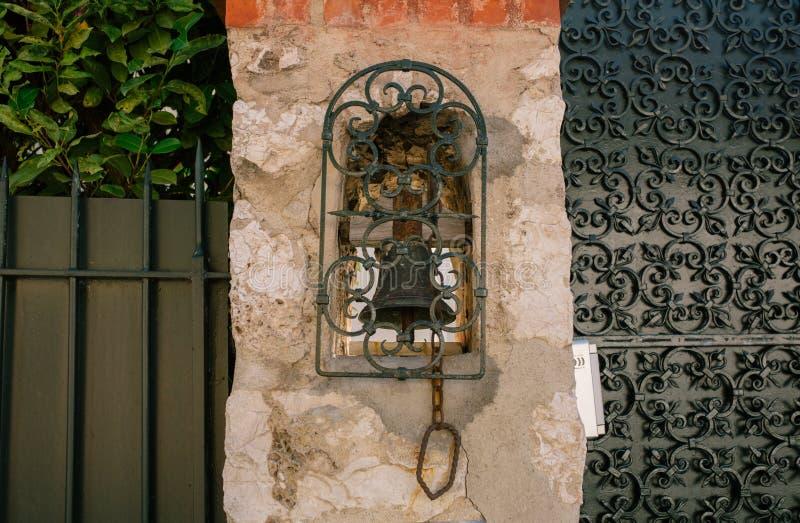 Винтажный колокол на стене в южном европейском городе стоковые изображения