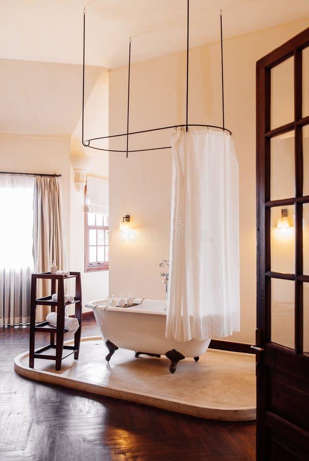 Винтажный колониальный bathroom с белой ретро ванной clawfoot стоковое изображение rf