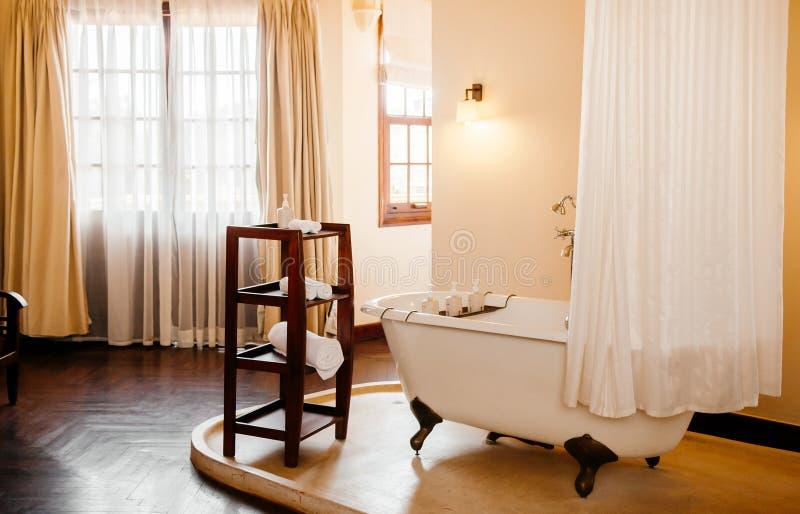 Винтажный колониальный bathroom с белой ретро ванной clawfoot стоковое фото