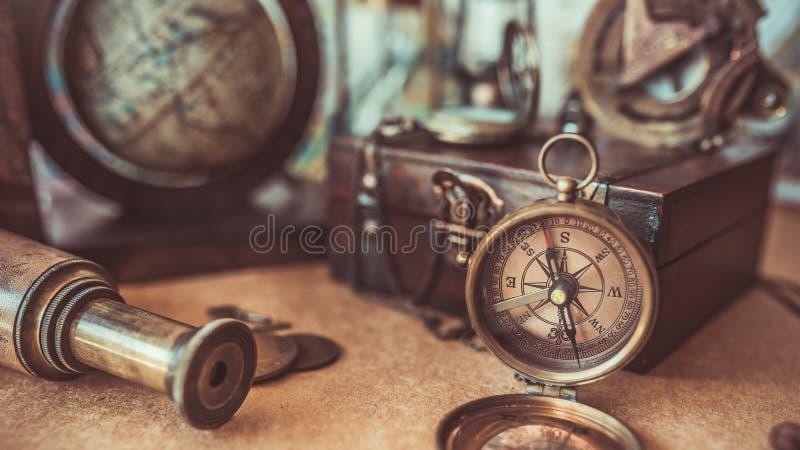 Винтажный компас, деревянная коробка сокровища, выдвигает старые фото собрания стоковые изображения rf