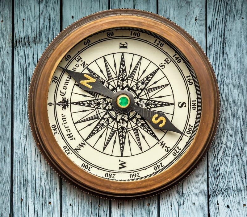 Винтажный компас на деревянной предпосылке стоковая фотография rf